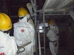pracownicy w odzieży ochronnej